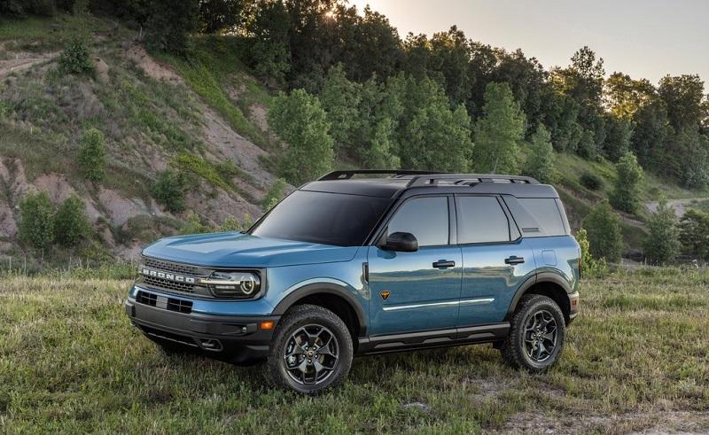 Ford Bronco 2021 mới màu xanh